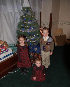 The Facekids in front of the tree.